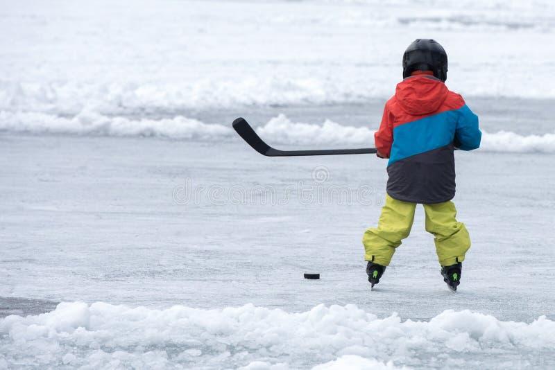 打在冻湖的人们曲棍球 免版税库存照片