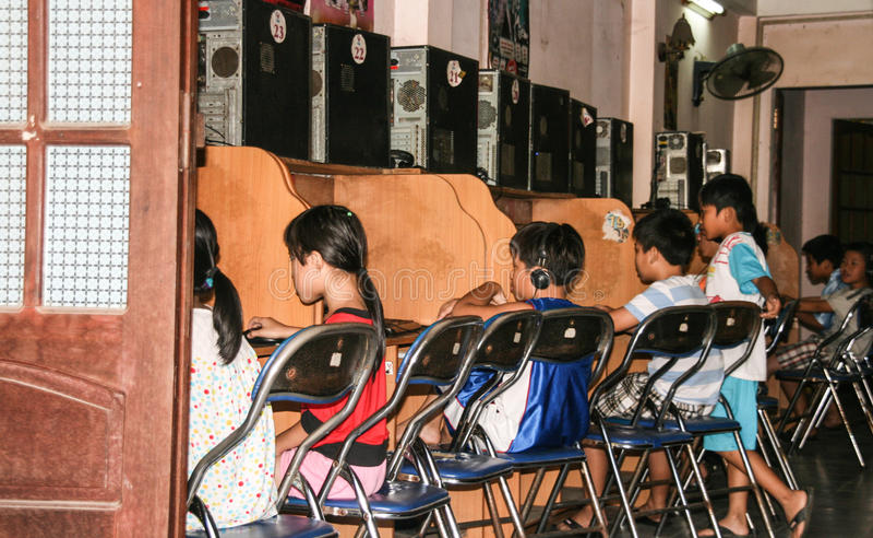 打在hoi的孩子计算机游戏一个古镇,越南 图库摄影
