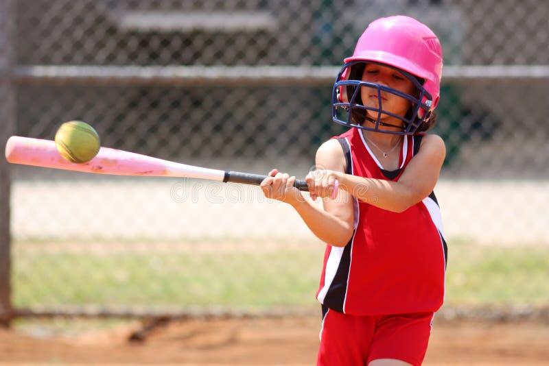 打垒球的女孩 免版税库存图片