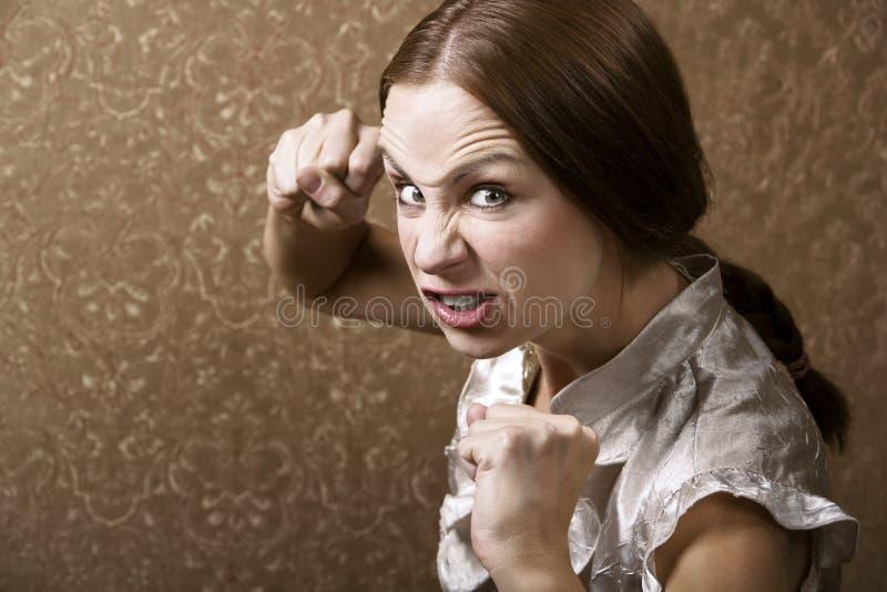 打孔机投掷的妇女年轻人 图库摄影
