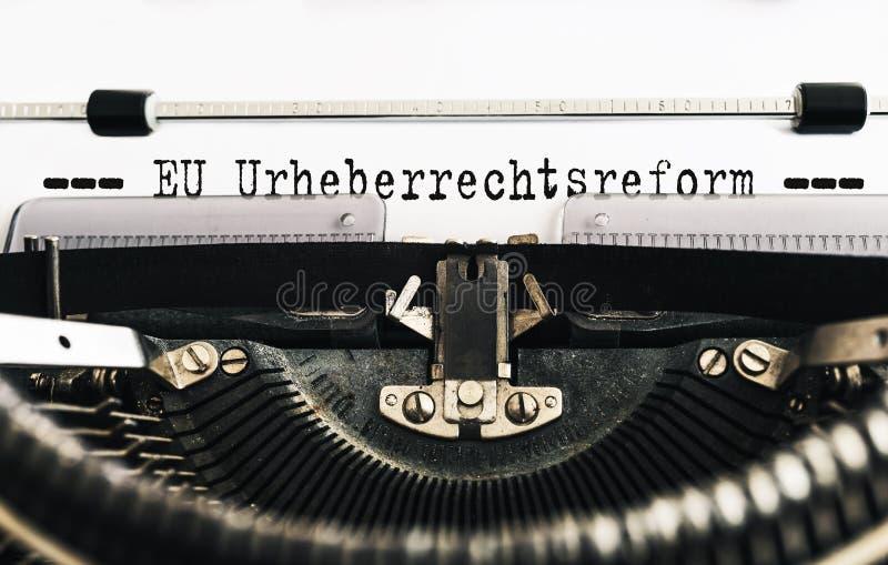 打字原稿文本欧盟Urheberrechtsreform,德语为欧盟版权改革,写在老手工打字机 库存照片