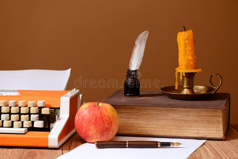 打字机、书和苹果 免版税库存照片