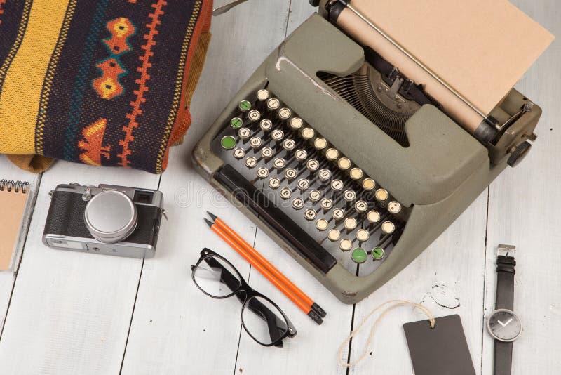打字机、笔记薄、照相机、衣裳、玻璃和手表在woode 库存照片