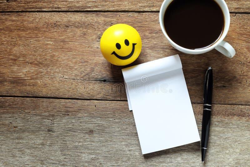打开一杯空白的白色笔记本、笔和咖啡 免版税库存照片