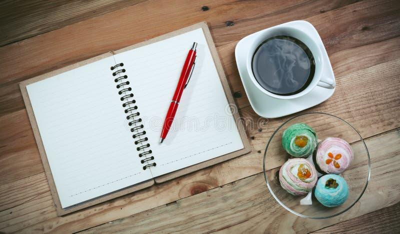 打开一杯空白的白色笔记本、笔和咖啡 免版税图库摄影