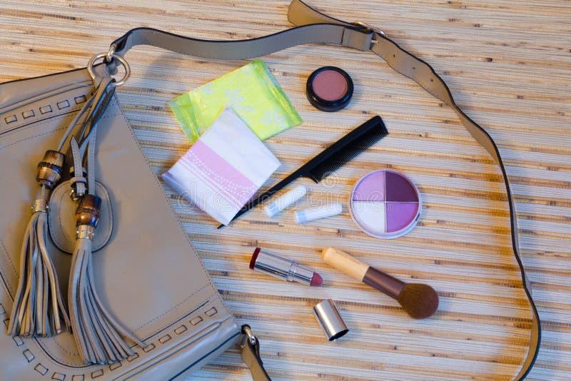 打开与妇女化妆用品的皮包 库存照片