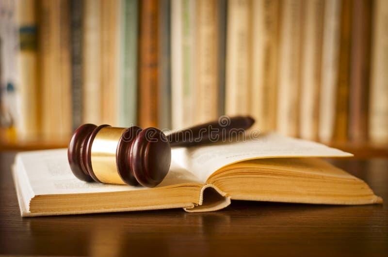 打开与法官惊堂木的法律书籍 免版税图库摄影