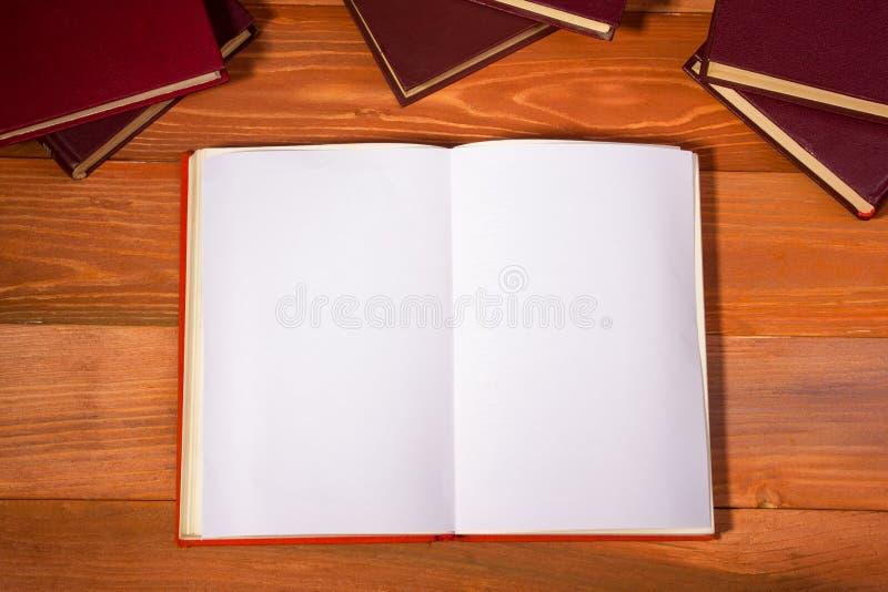 打开与空白页的书在织地不很细木头 免版税库存照片