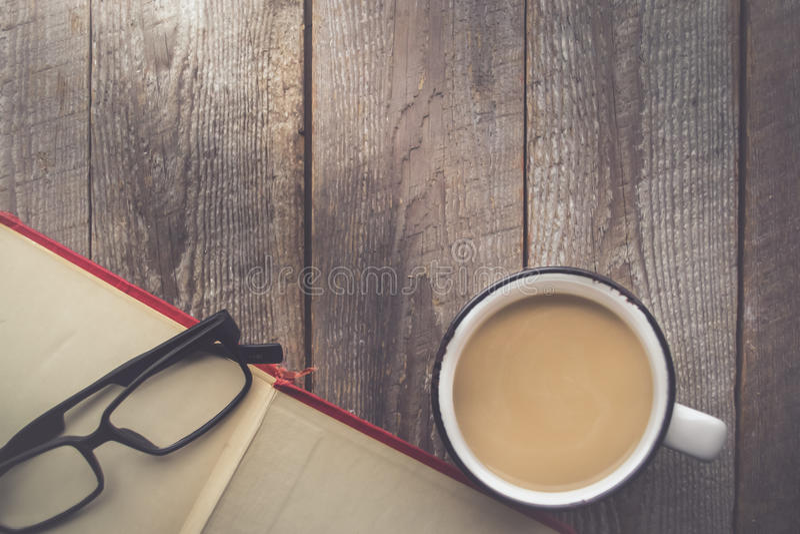打开书用咖啡和玻璃在木背景与拷贝 库存图片