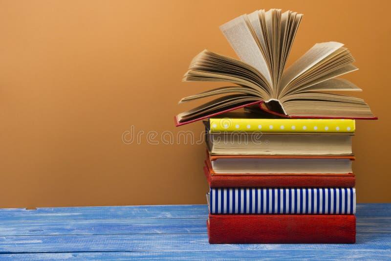 打开书,在木桌上的精装书书 回到学校 复制文本的空间 库存照片