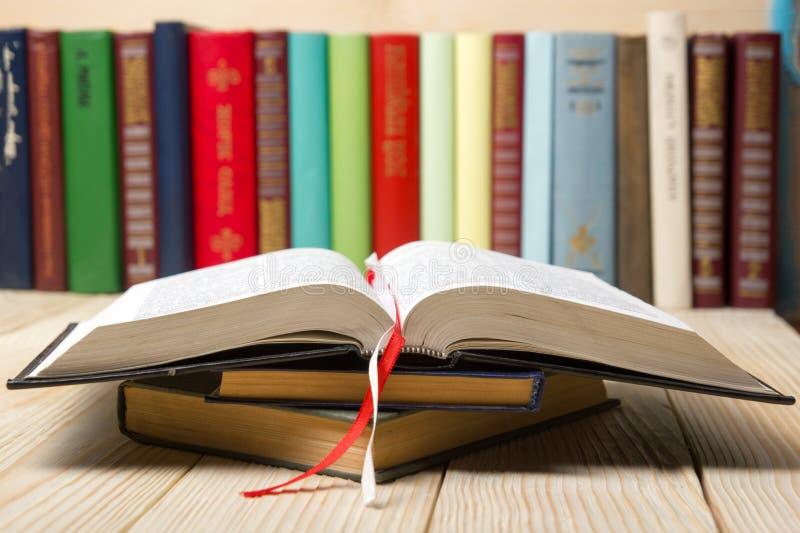 打开书,在木桌上的精装书书 回到学校 复制空间 图库摄影