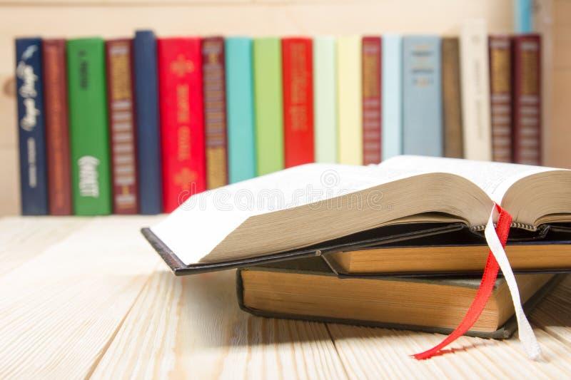 打开书,在木桌上的精装书书 回到 免版税库存照片