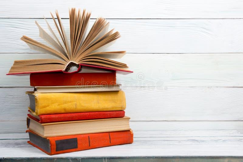 打开书,在木桌上的精装书书 回到 库存照片