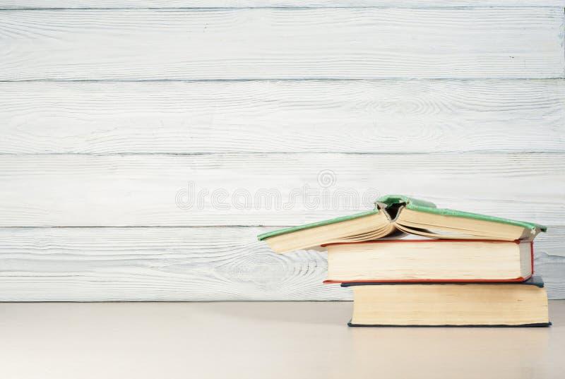 打开书,在木桌上的精装书书 教育背景 回到学校 复制文本的空间 库存图片