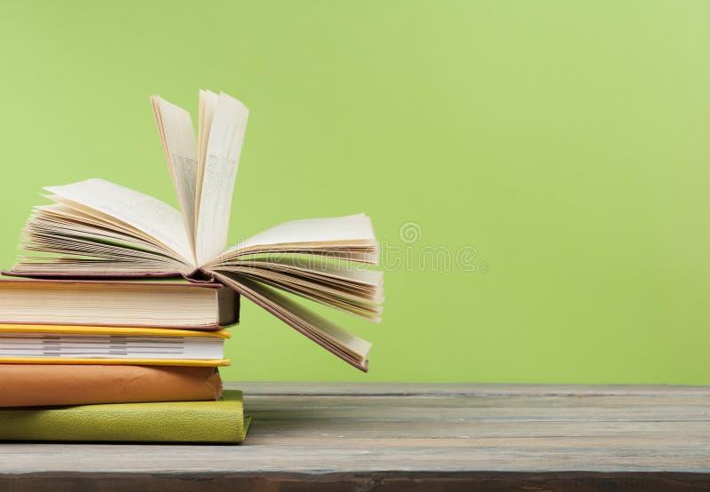 打开书,在木桌上的精装书书 教育背景 回到学校 复制文本的空间 免版税图库摄影