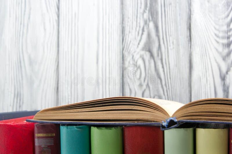 打开书,在木背景的精装书书 回到学校 复制空间 免版税库存照片