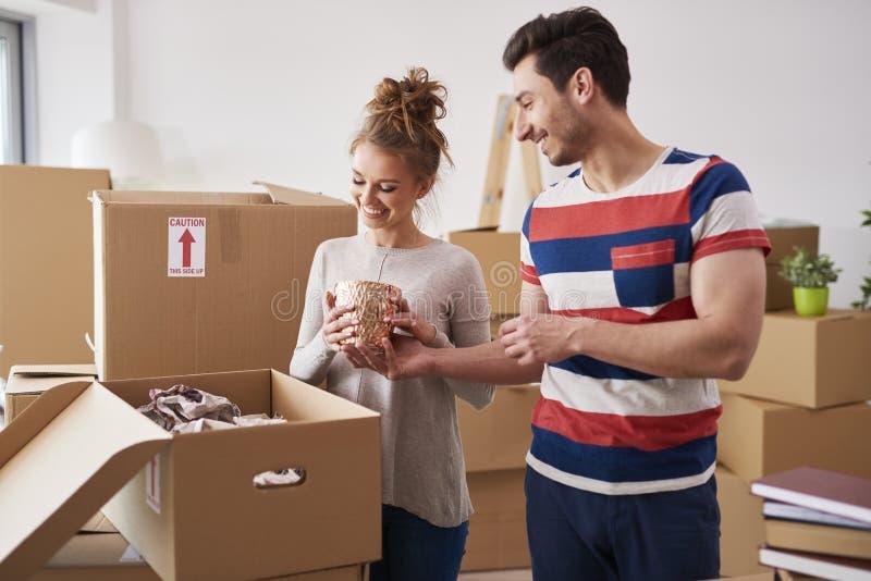 打开从纸盒的爱的夫妇材料 免版税图库摄影