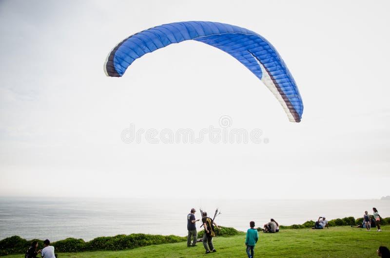 打开他的滑翔伞的人 免版税库存图片