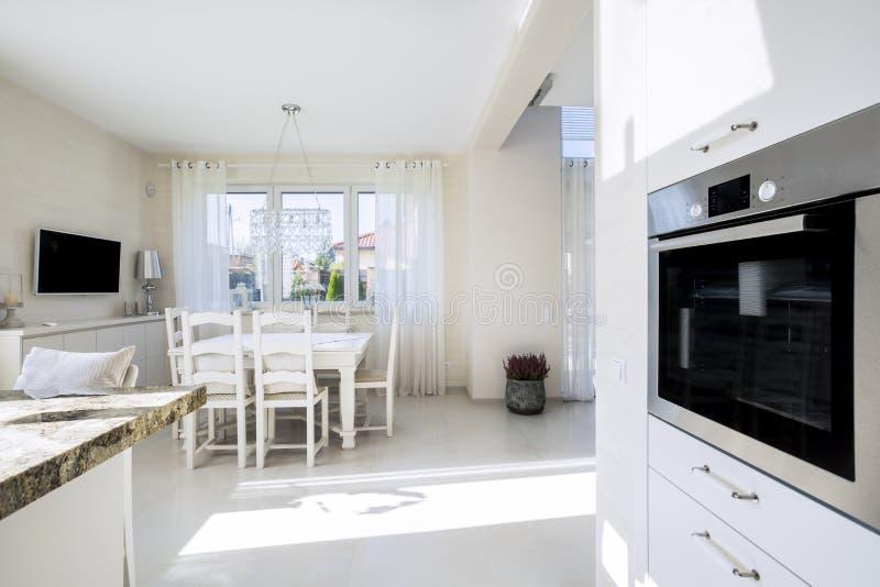 打开厨房和dinning的室 库存照片