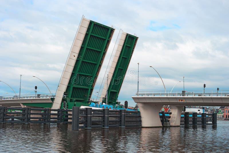 打开吊桥和船Zaanse Schans荷兰 库存照片