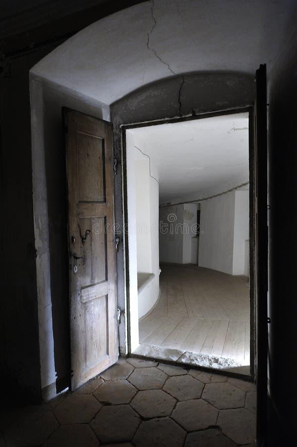 打开唯一门在黑暗中 免版税图库摄影