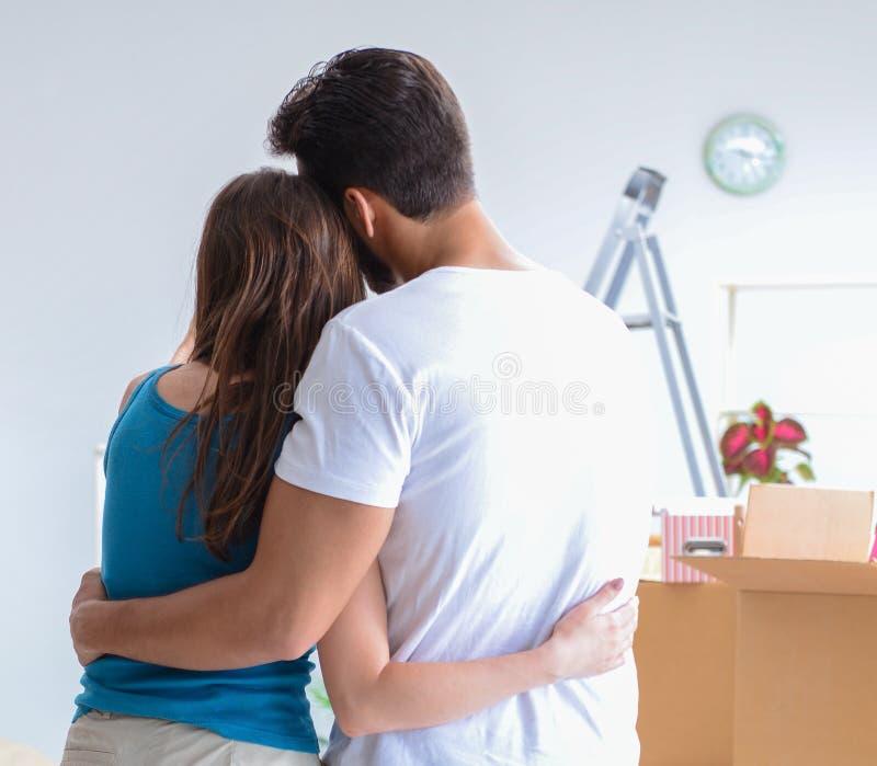 打开在有箱子的新房的年轻家庭 图库摄影