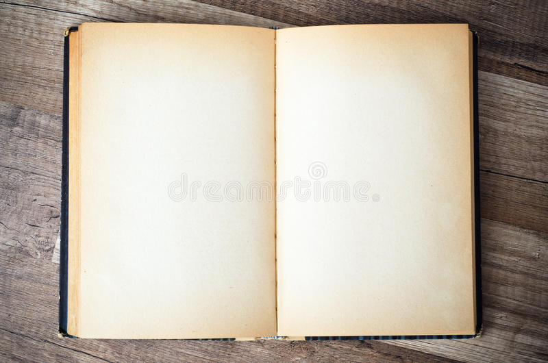 打开在木表面的旧书 免版税库存照片