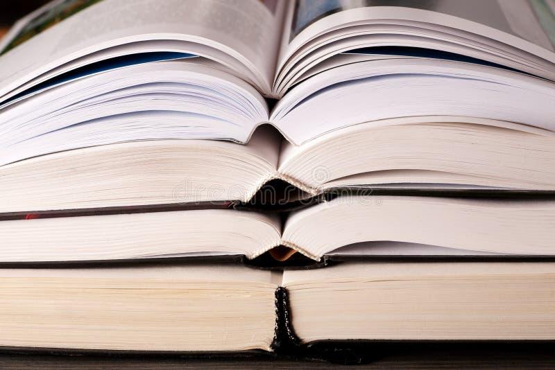 打开在桌上堆积的书 免版税库存图片