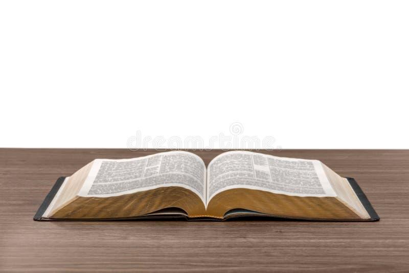 打开在桌上的圣经书 免版税库存图片