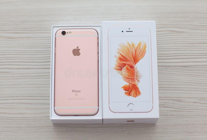 打开在桌上的iPhone 6S罗斯金子 库存照片