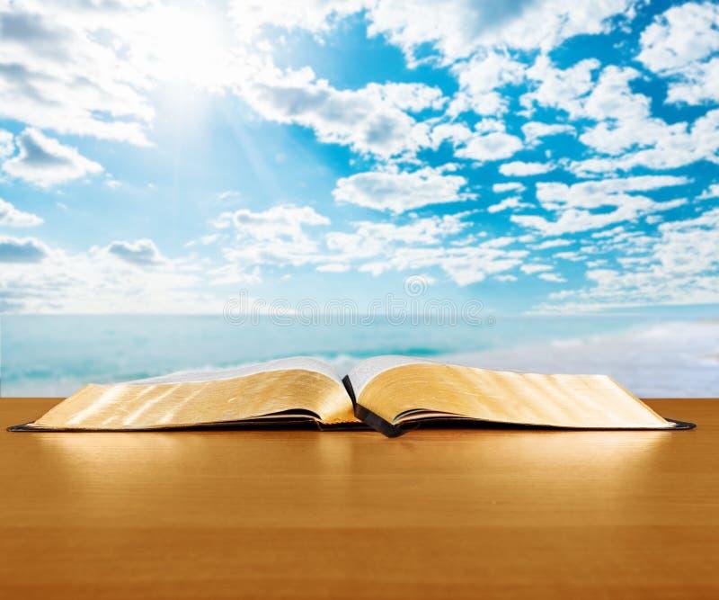 打开在桌背景的圣经书 图库摄影