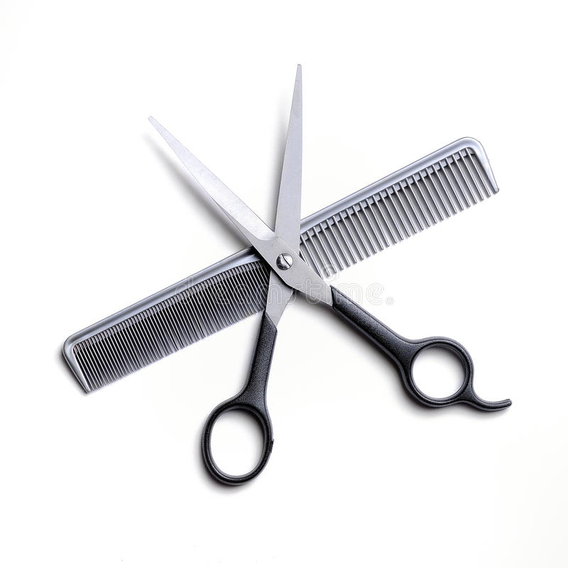 打开在被隔绝的一把灰色梳子的剪刀 免版税库存图片