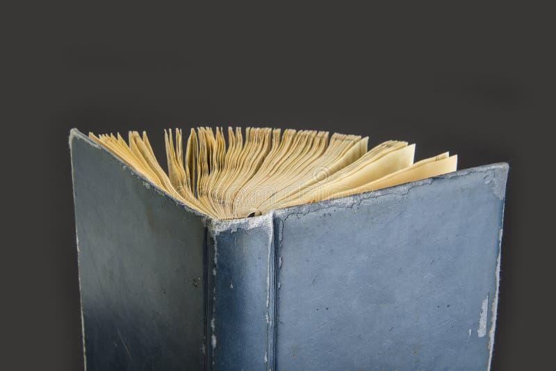 打开在黑背景的老葡萄酒书 免版税库存图片