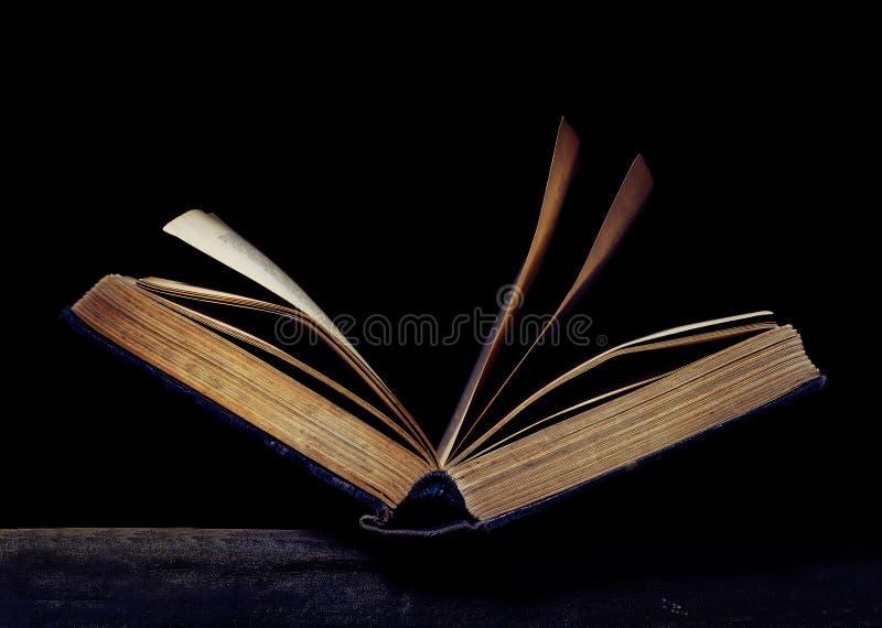 打开在黑背景的书 库存照片