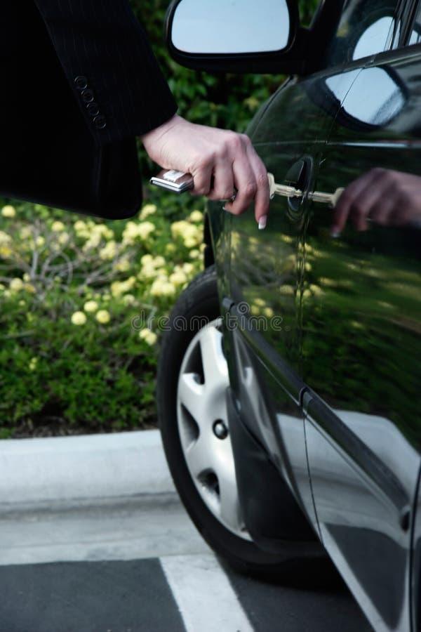 打开妇女的企业汽车 免版税图库摄影