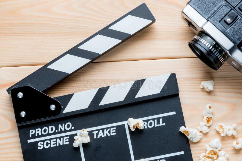打开录影拍板、减速火箭的摄象机和盐味的玉米花名列前茅vi 免版税库存图片