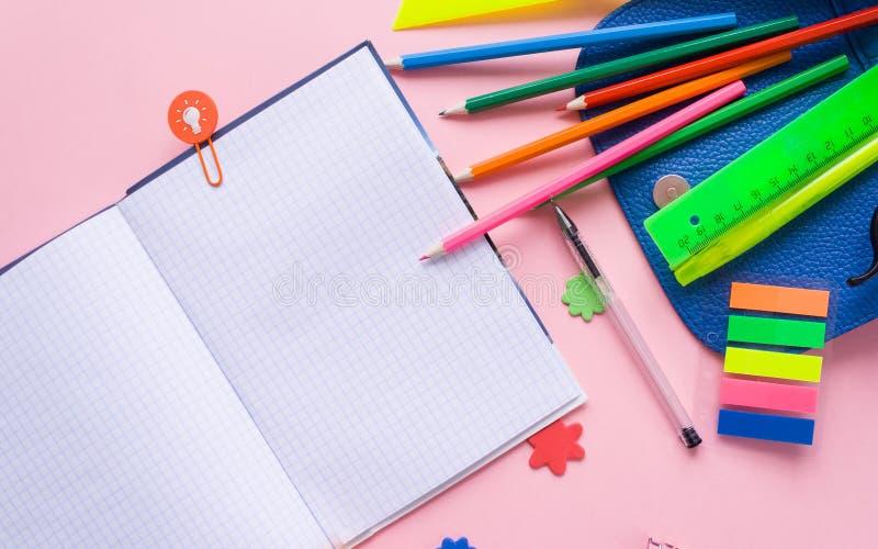 打开文字书和学校工具 免版税图库摄影