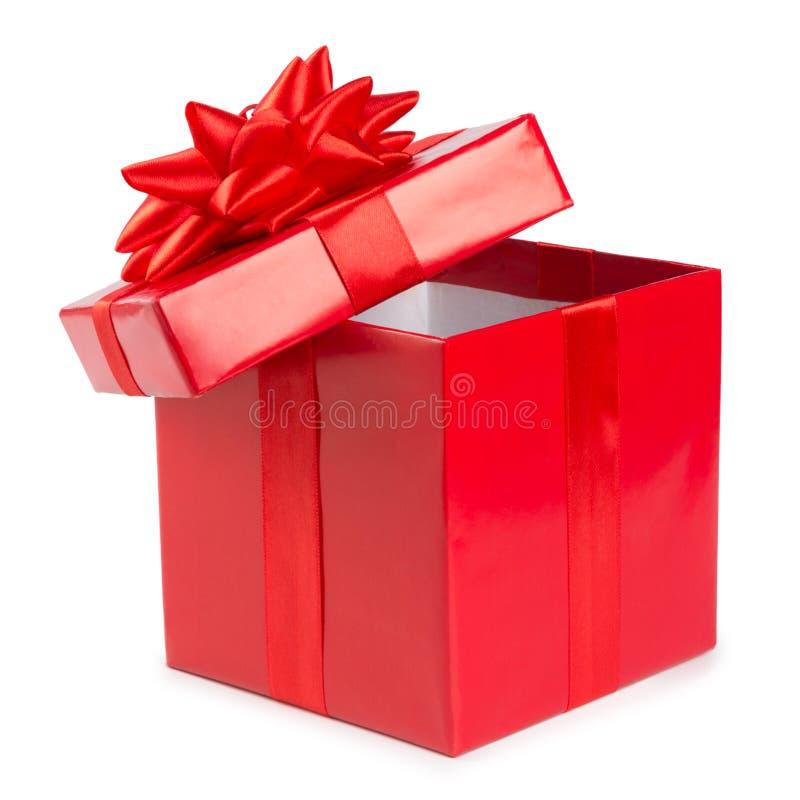 打开有在白色背景隔绝的丝带的红色礼物盒 免版税库存图片