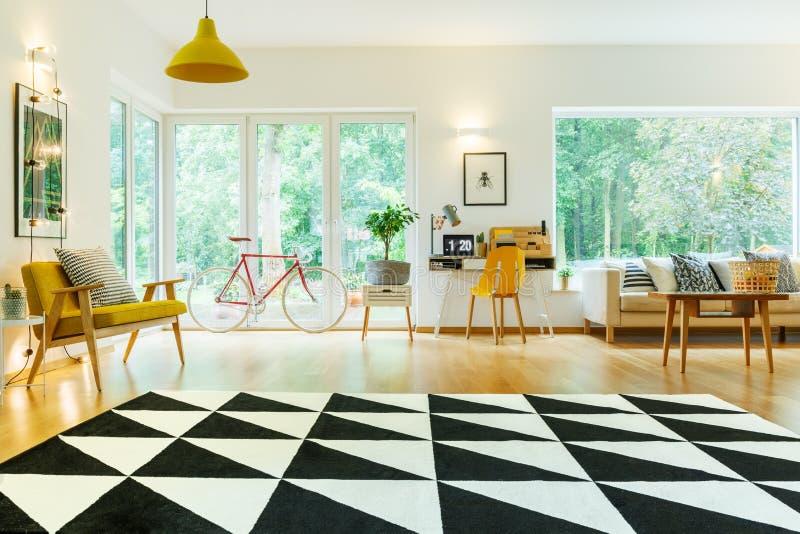 打开有地毯的客厅 图库摄影