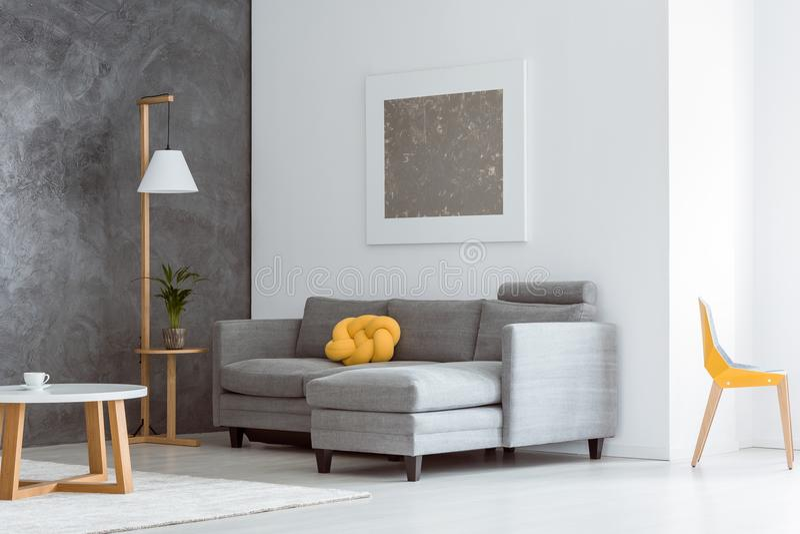 打开有家具的客厅 免版税图库摄影