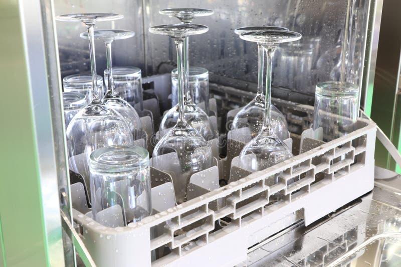 打开有干净的玻璃、杯子、板材和盘的, selec洗碗机 免版税库存照片
