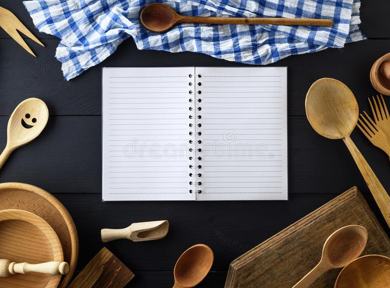 打开有白色板料的空的纸笔记本在sprin的一条线 库存图片