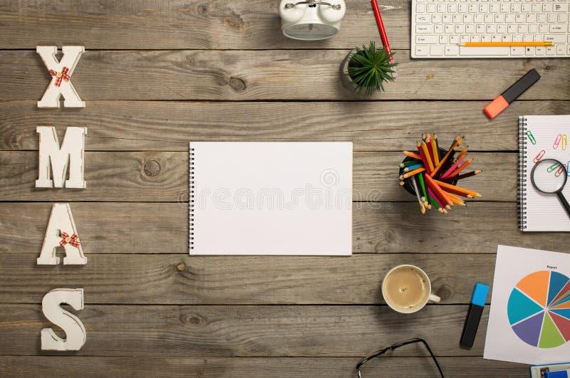 打开有空白页和各种各样的办公室项目的笔记本 免版税库存图片