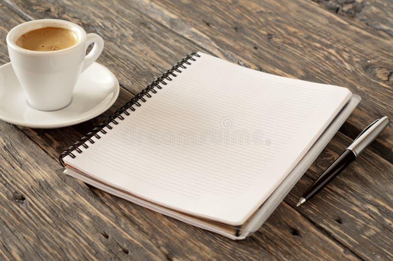 打开有笔的笔记本和杯子浓咖啡咖啡 库存图片