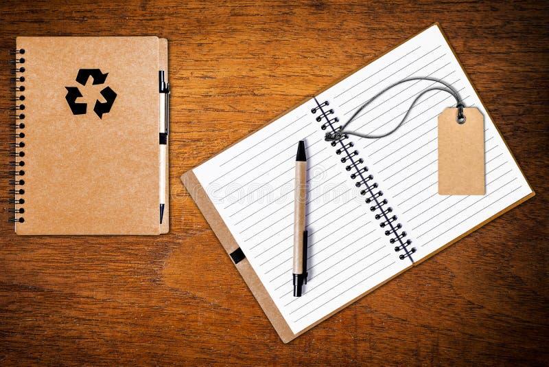 打开有笔的笔记本在木背景 免版税图库摄影