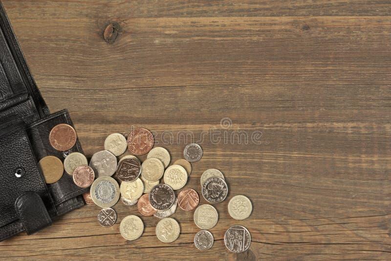 打开有英国另外硬币的黑男性黑皮革钱包 免版税图库摄影