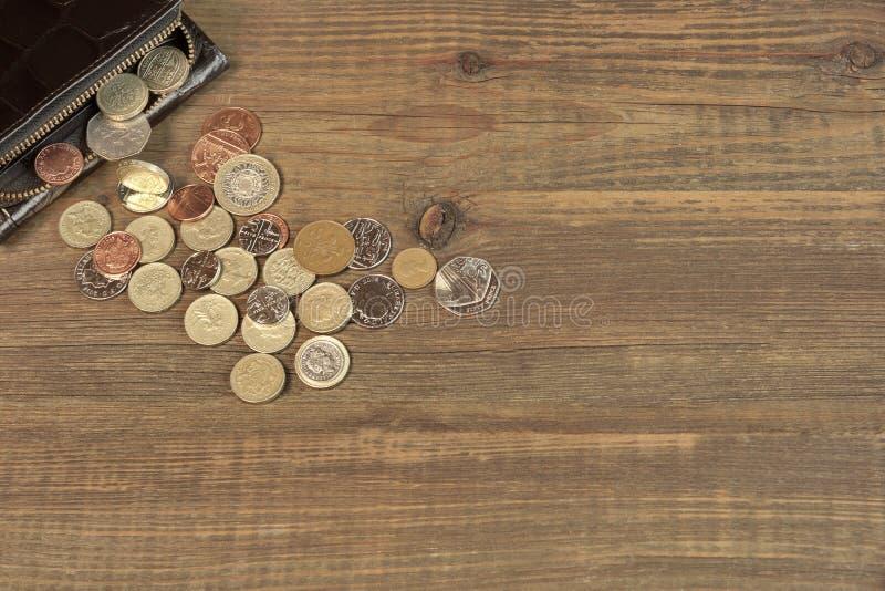 打开有英国另外硬币的黑男性黑皮革钱包 库存图片