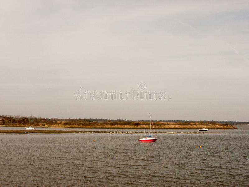 打开水春日阴云密布小船海湾没有人自然背景 库存照片