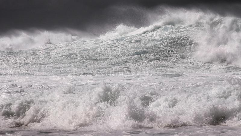 打开海洋冬天在黑白的风暴海浪 免版税库存图片