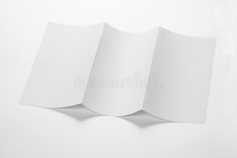 打开白色空白嘲笑的被折叠的三部合成的DL飞行物  免版税库存图片